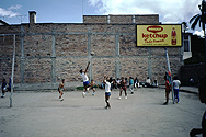 Volleyballturnier in einem Hinterhof in Otavalo
